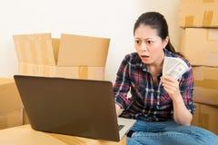 Frau entsetzt über Mieterhöhung Stockfotos