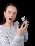 Frau entsetzt, nachdem Geschenk geöffnet worden ist Stockfoto