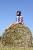 Frau entspannen sich auf dem grünen Feld Stockbild