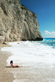 Frau entspannen sich auf dem Strand Stockbilder