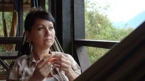 Frau entspannen sich in einer Hängematte stock footage
