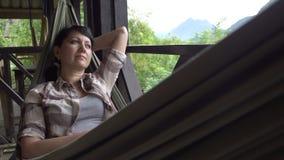 Frau entspannen sich in einer Hängematte stock video