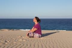Frau, entspannend auf dem Strand Lizenzfreies Stockfoto