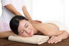 Frau entspannt am Badekurort Stockbilder