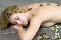 Frau entspannt für eine Massage und einen Badekurort Stockbilder