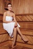 Frau entspannt sich in einer Sauna Stockfotografie