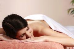 Frau entspannt sich im Tagesbadekurort Lizenzfreies Stockbild