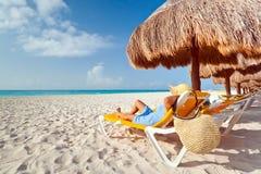 Frau am Entspannung unter Sonnenschirm Stockfotos