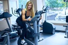 Frau entwickelt einen Herz Fitness-Club lizenzfreie stockfotografie