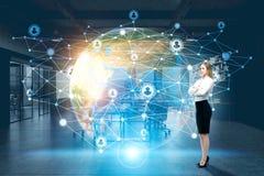 Frau, Erde und Netz lizenzfreie stockfotos