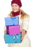 Frau erhalten ein Geschenk für Weihnachten Lizenzfreie Stockfotos