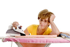 Frau ermüdet vom Handeln des Bügelns Lizenzfreie Stockbilder