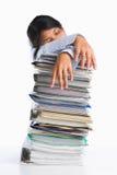 Frau ermüdete hinter Stapel des Papiers Stockfoto