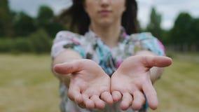 Frau erreicht Hände in Richtung zum Angebotc$bitten der Kamera um Hilfe und teilt Zeitlupe stock video