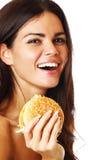 Frau essen Burger lizenzfreies stockfoto