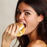 Frau essen Burger stockfoto