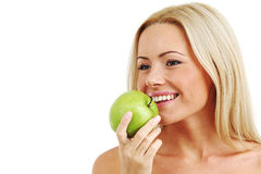 Frau essen grünen Apfel Lizenzfreie Stockfotos