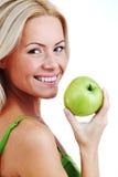 Frau essen grünen Apfel Stockbild