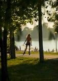 Frau fährt Rollschuh in der Natur nahe Seestrand Stockfotos