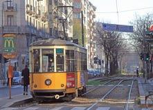 Frau fährt Straßenbahn in Mailand Stockfotos