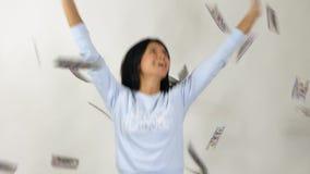 Frau fängt das Geld Langsame Bewegung stock video footage