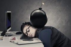 Frau fühlt sich mit der obenliegenden Bombe müde stockbild