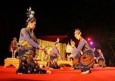 Frau führt einen siamesischen traditionellen Tanz durch lizenzfreie stockfotos