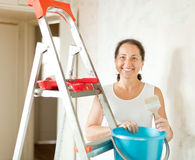 Frau führt Reparaturen zu Hause durch Lizenzfreie Stockbilder