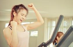 Frau feiern auf ihrem erfolgreich Training lizenzfreie stockfotografie
