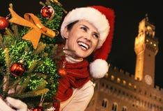 Frau in Florenz mit dem Weihnachtsbaum, der den Abstand untersucht Lizenzfreies Stockbild