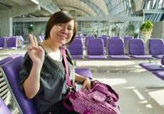 Frau am Flughafen stockfotos