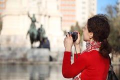 Frau fotografiert Monument zu Don Quixote Stockfotografie