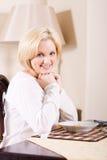 Frau am Frühstückstische Lizenzfreie Stockbilder