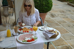 Frau am Frühstückstische Lizenzfreies Stockfoto