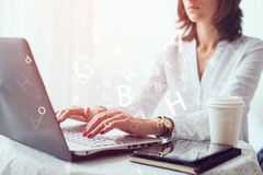 Frau Freiberufler, Student oder Blogger, die auf der Tastatur bei Tisch sitzt Büro schreibt Lizenzfreies Stockbild