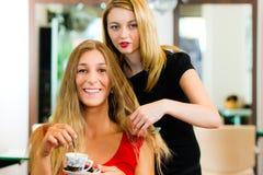 Frau am Friseurerhalten raten stockbild
