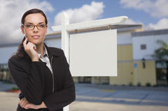 Frau in Front Commercial Building und in leerem Real Estate-Zeichen Stockfoto