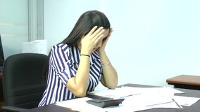 Frau frustriert stock video