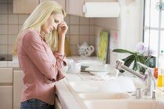 Frau frustriert am Küche-Zählwerk stockfotografie