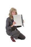 Frau frustriert mit dem Laptop, der es beißt lizenzfreie stockbilder