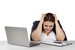 Frau frustriert mit Klemmbrett und Laptop lizenzfreies stockbild