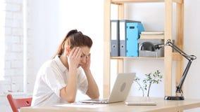 Frau frustriert und angespannt mit Kopfschmerzen stockfotografie