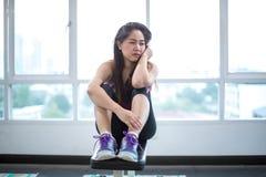 Frau frustriert und müde im Sportverein stockfoto