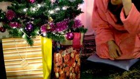Frau geöffnete Weihnachtsgeschenke stock video