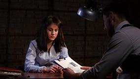 Frau geben die Möglichkeit schreiben sein eigenes Geständnis in Verbrechen stock footage