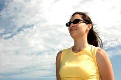 Frau gegen den Himmel Stockfotos