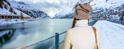 Frau gegen Gebirgslandschaft mit See in Alto Adige, Italien Stockfotografie