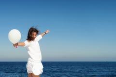 Frau gegen Meer Stockbild