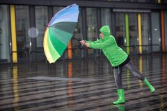 Frau gegen Regen und Wind Lizenzfreie Stockfotografie
