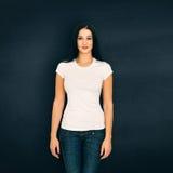 Frau gegen schwarzen Hintergrund Stockfotos